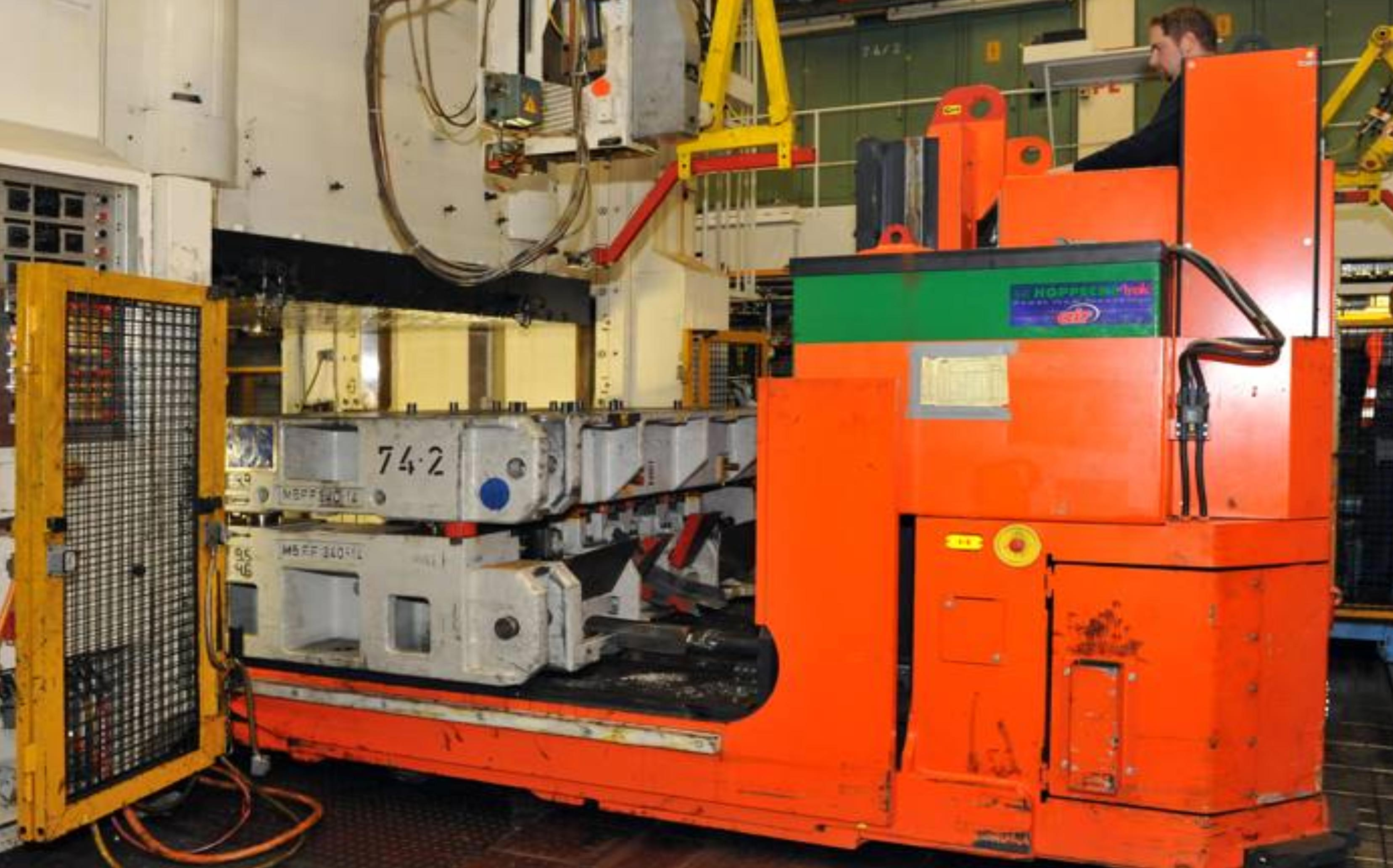 Hubtex Electric Multidirectional Sideloader transport and changing of dies and injection molds