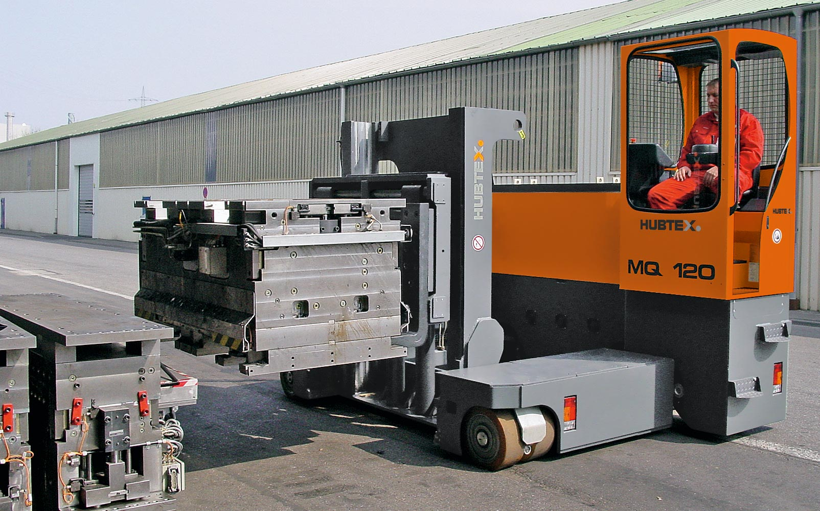 Hubtex Electric Multidirectional Sideloader MQ 120 carrying a die
