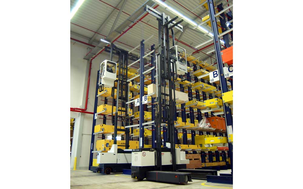 Electric Multidirectional Sideloader Man Up picking product from top shelf