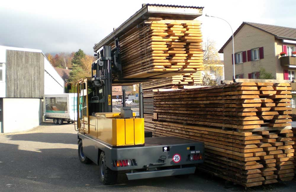 Baumann GS 50 lifting lumber to place on stack