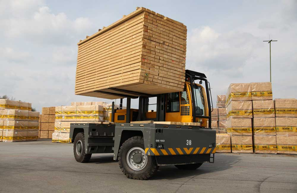 Baumann GS 150 lifting heavy load of lumber outdoors